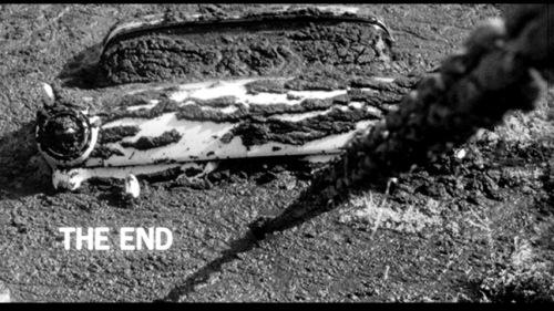 Une voiture tirée hors d'un marécage, dernière image du film Psycho.